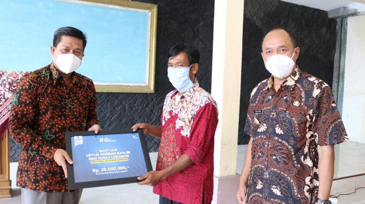 Universitas Muhammadiyah Purwokerto (UMP) memberikan bantuan kemanusiaan untuk korban bencana tanah longsor dan banjir di Desa Ledug